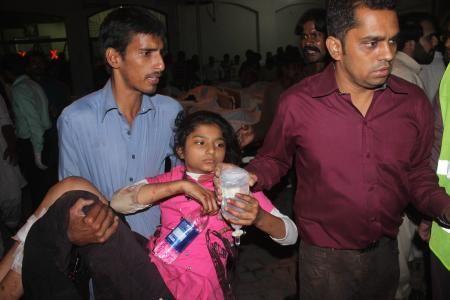 2日、パキスタン東部ラホールの病院に運ばれた自爆テロの負傷者(ゲッティ=共同) ▼3Nov2014共同通信|パキスタンのテロ死者54人 過激派、軍掃討作戦に反発 http://www.47news.jp/CN/201411/CN2014110301001163.html