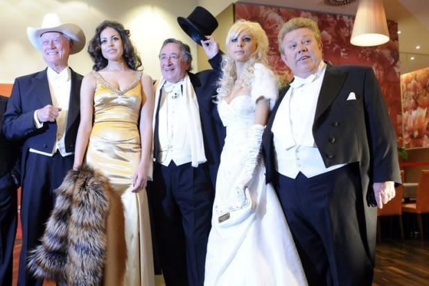 Der Wiener Opernball 2011: US-Schauspieler Larry Hagman (v. links), Ruby Rubacuore, der österreichische Baulöwe Richard