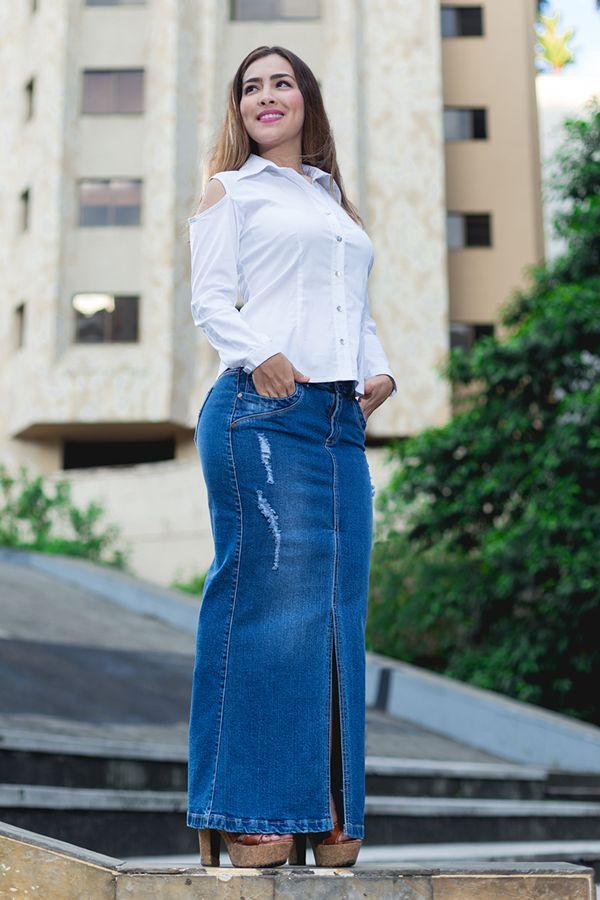 Falda en jean y blusa camisera blanca