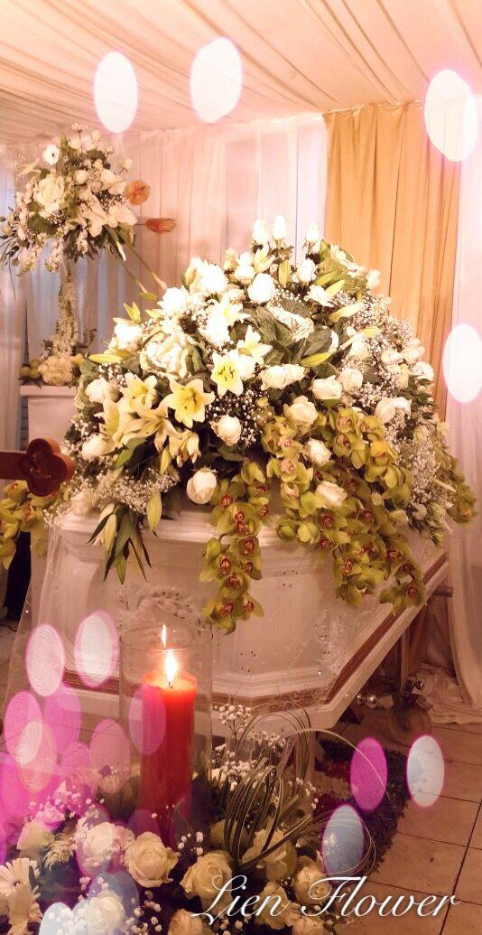 Elegant Casket sprays #liengallery #LienFlowerDecoration #florist #surabayaflorist #banjarmasinflorist #sympathy #coffin #cross #funeralflowers #dukacita #tutuppeti #bungasalib #bungatutuppeti #krans