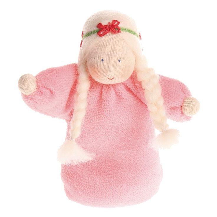 Muñeca pequeña de color rosa, con suave fragancia a lavanda gracias a su interior relleno de flores de lavanda. Está elaborada de manera artesanal, con la cara pintada a mano dando una expresión única a cada muñeca. Está fabricada en tela de algodón, rellena de flores de lavanda. El suave olor a lavanda tiene un efecto calmante y es relajante para los niños más pequeños, por lo que es ideal para ayudarles a dormir. Se debe lavar a mano de manera suave, evitando frotar ya que se puede…