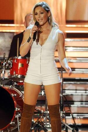 In diesem weißen Mini-Jumpsuit rockte Helene Fischer die Bühne