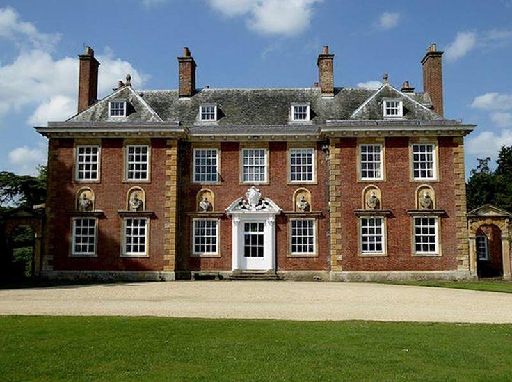 Honington Hall est un bel exemple d'architecture géorgienne. Il fut construit en 1682. Il eut de multiple propriétaire et appartient aujourd'hui à la famille Wiggin. Il fut redécoré en 1740 et est célèbre pour son salon octogonal et la finesse de ses gypseries.