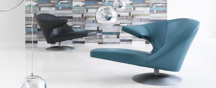 """Fauteuils #Leolux. Modèle """"Parabolica"""". Un fauteuil polyvalent qui accroche le regard. Grâce à sa forme asymétrique, il offre au moins trois moments d'utilisation : position assise normale, couchée décontractée ou position assise active en utilisant l'accoudoir comme petite table de travail - Disponible chez Laclau Créateurs à Idron/Pau + d'infos au 05 59 80 79 40 #EspaceLaclau #Créateurs #Fauteuils #Leolux #Design #Pau #Idron"""