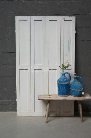 Set luiken 80037 - Set oude houten luiken met een witte kleur. De luiken hebben een strakke vormgeving.