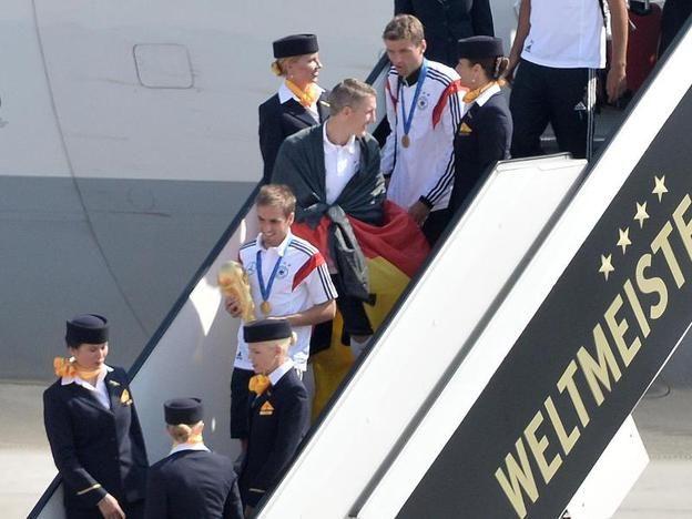 Here they come with the Cup <3 Mit WM-Pokal in der Hand betrat Kapitän Philipp Lahm als erster Spieler wieder deutschen Boden.  © dpa - Deutsche Presse-Agentur GmbH / Bernd von Jutrczenka