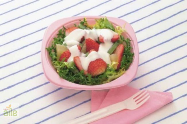 Yoğurtlu diyet salata tarifi... Tadına doyamayacağınız bir salata tarifi. http://www.hurriyetaile.com/yemek-tarifleri/diyet-tarifler/yogurtlu-diyet-salata-tarifi_1072.html