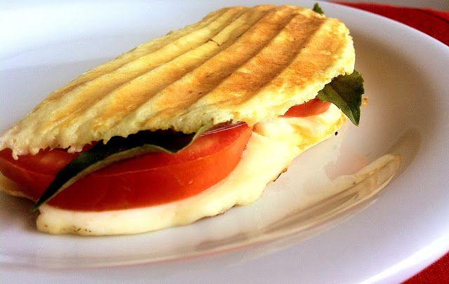 Pitadinha: Panini de microondas  P.s: Tentar substituir requeijão cremoso pelo iogurte grego.