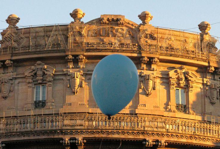 https://flic.kr/p/5Lq4TY | il palloncino azzurro e il Palazzo della Borsa | I palloncini facevano parte di installazioni legate alla raccolta di fondi della Comunità di Sant'Egidio per l'organizzazione del pranzo di Natale.