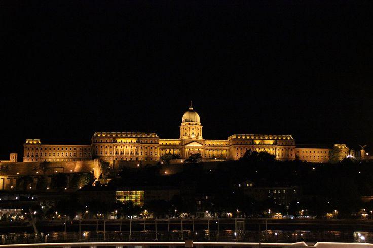 https://flic.kr/p/v9dXwk | Buda Castle at night