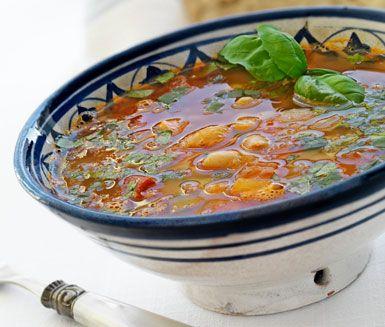 En lätt och god soppa med smak av vita bönor, tomat och basilika. Soppan passar utmärkt som förrätt eller som lätt lunch. För ett mer mättande resultat så kan du servera soppan tillsammans med en rejäl smörgås och en sallad vid sidan av.