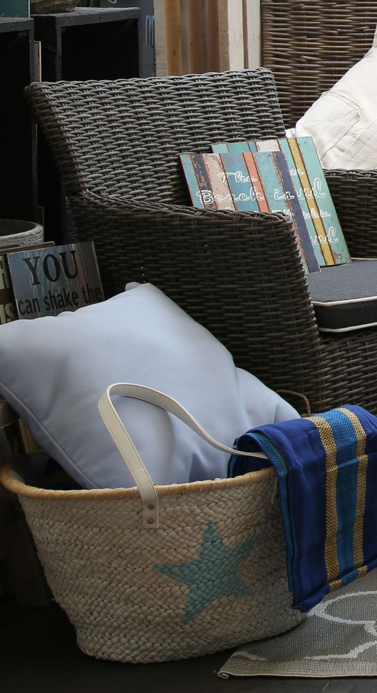 Piqniquer in marine style: a soft pillow, a roomy bag and a comfortable blanket. #Summer #Agricola #relax