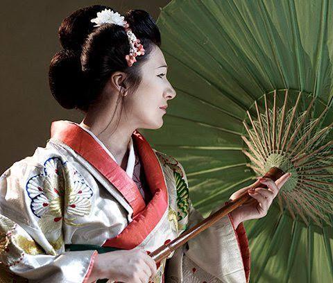 Dal 27 al 31 luglio andrà in scena al teatro di Erode Attico, sotto l'Acropoli di Atene, la Madama Butterfly con i kimono di Kimonoflaminia. Nella foto qui sotto l'attrice indossa un pregiato Uchikake che pesa più di tre kg... O_O γειά-χαρά (hia'-chara') arrivederci! ^____^