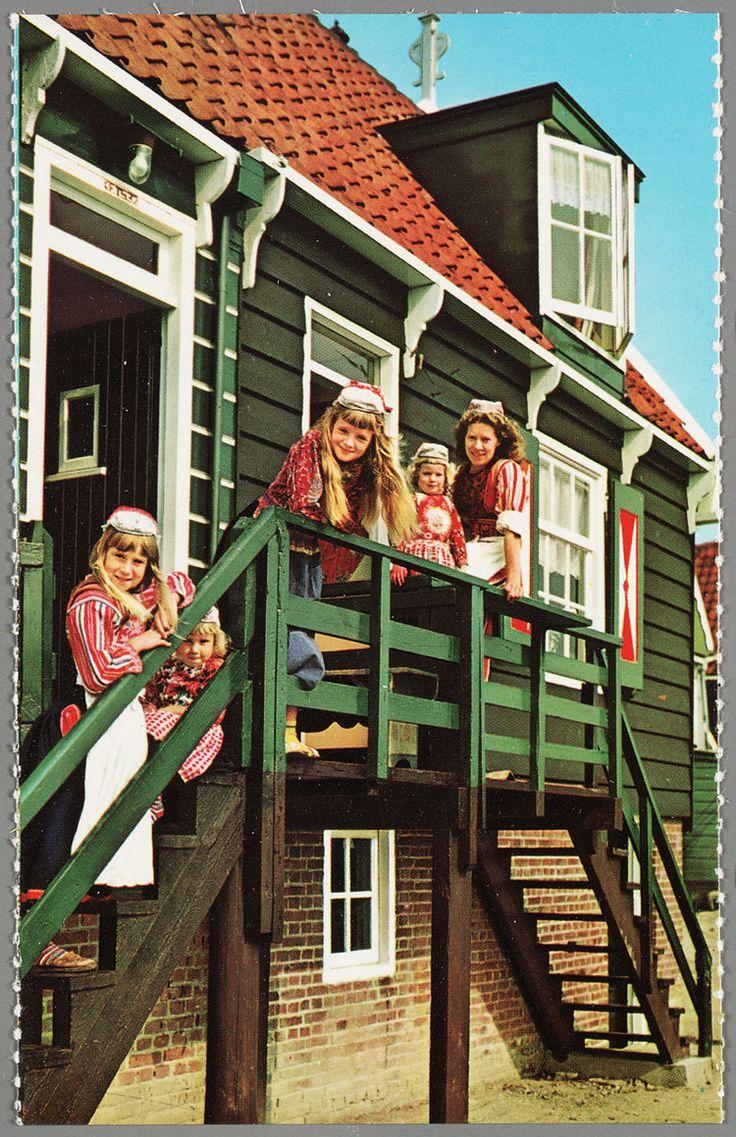 Enkele kinderen in Marker dracht poseren voor een houten huis op een trapje. 1960-1966 #NoordHolland #Marken