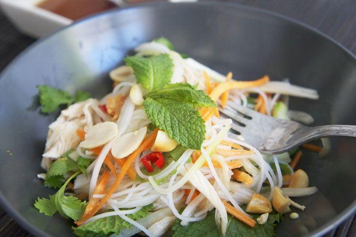 Ensalada de pollo con fideos de arroz al estilo vietnamita