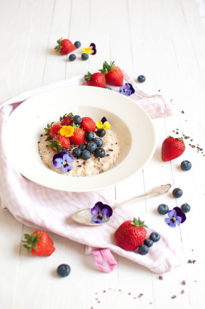Delicious coconut vanilla oats with fresh summer berries and cacao nibs. The most beautiful way to start your day, don't you think?