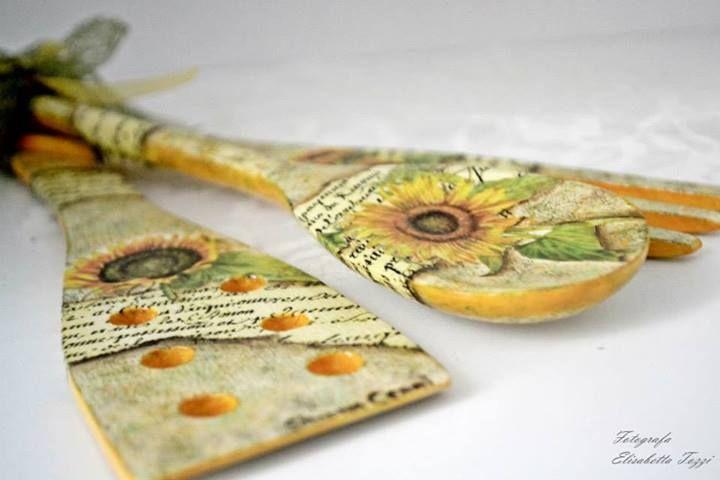 Tris di mestoli da cucina decorati con girasoli a decoupage su sfondo dipinto a mano con spugnature in tinta con i colori del decoro