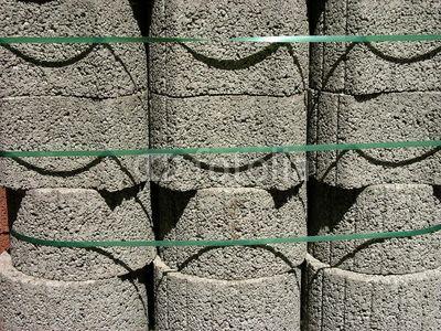 Grünes Sicherungsband um gestapelte Porenbetonsteine in einem Baumarkt an der Hanauer Landstraße im Ostend von Frankfurt am Main in Hessen