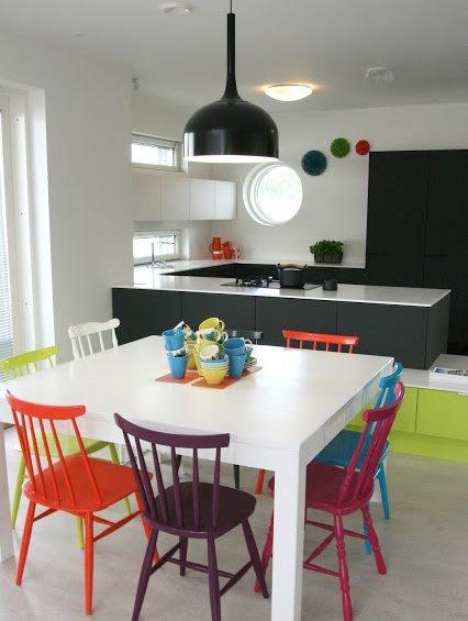 Uma cadeira de cada cor - uma decoração fácil de fazer e bem diferente para a sua cozinha ou sala de estar!