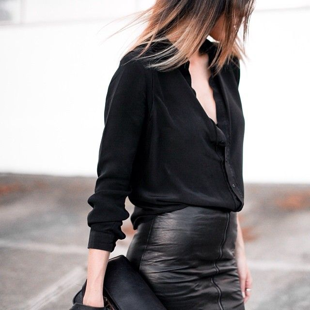 Jupe cuir noir / chemise blanche dos nu / sac noir / escarpin noir + escarpin N& B