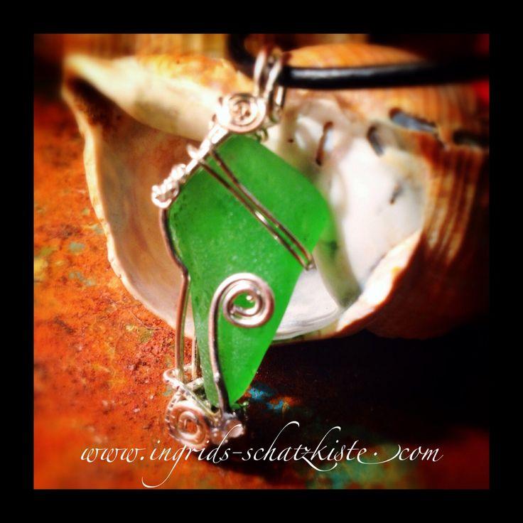 Lederkette mit Anhänger aus See-Glas in grün