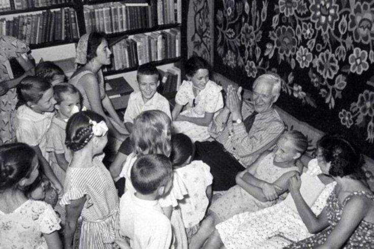 """Перечитывая чудесную книгу К. Чуковского «От двух до пяти», нашла подтверждение моей убежденности в том, что в библиотеке дошкольника должно быть много стихов.  «Среди взрослых вдохновенный поэт есть редчайшее явление, """"чудо родины своей"""", а среди детей 99% - поэты. Ребенку еще нет и двенадцати месяцев, он еще не владеет активной речью, а посмотрите, с каким ненасытным удовольствием слушает он и бессмертные """"Ладушки"""", и """"Сороку-ворону"""", и """"Кошкин дом"""", и другие шедевры народной поэзии. Стихи…"""