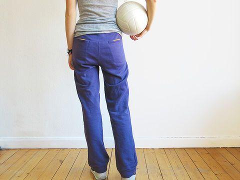 Ce pantalon peut se porter partout, car il te donne toujours une belle silhouette grâce à sa coupe fine et ses poches arrière éclatantes ! Pour faire du sport ou se blottir sur le canapé, MADAME PAULI te suit dans tous tes mouvements et n'est pas rabat-joie - c'est garanti !  Adapté aux débutants avancé en couture!  * Tailles: XS S M L XL  *Métrage de tissu  Sweat / Largeur du tissu 150 cm XS: 120 cm S: 130 cm M: 130 cm L: 140 cm XL: 160 cm  Seules les matières élastiques comme le coton…