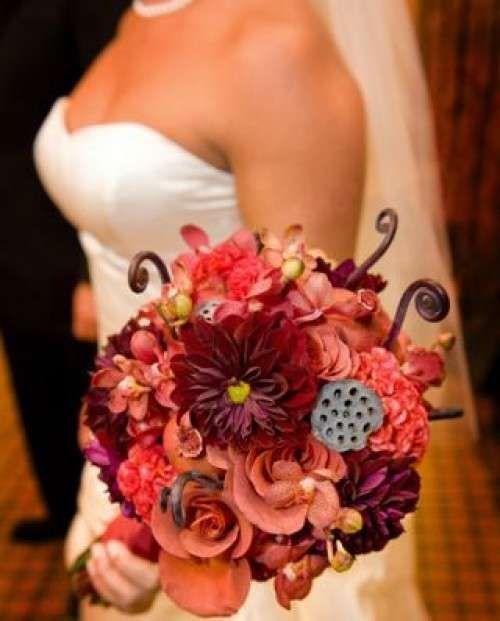 In autunno i fiori più gettonati per i bouquet da sposa sono le gerbere dai colori caldi ed intensi, ma non passano mai di moda le rose, sempre romantiche ed eleganti. Eccezionali le maxi composizioni con rami e piante tipiche della stagione autunnale.