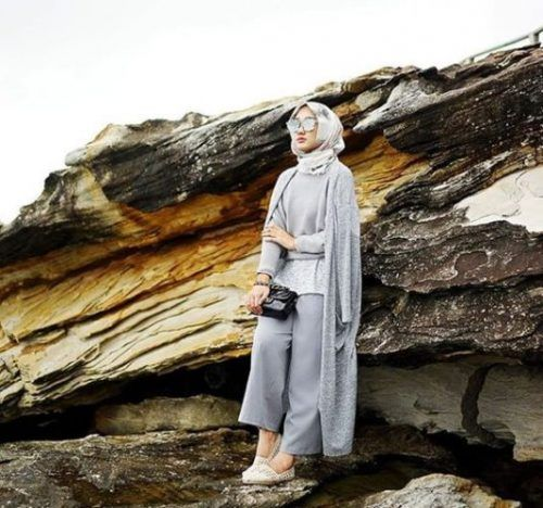 gray with white hijab outfit- Neutral hijab outfit ideas http://www.justtrendygirls.com/neutral-hijab-outfit-ideas/