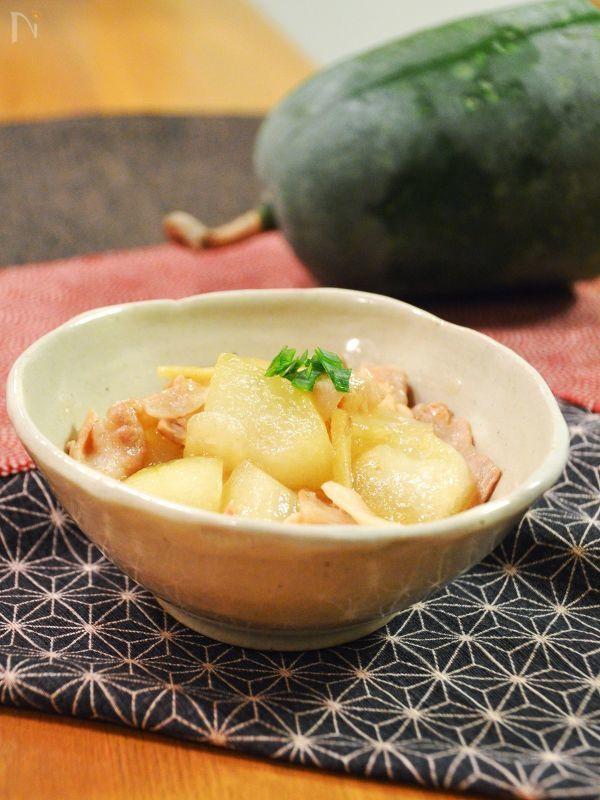 寒い日に食べたくなる冬瓜(とうがん)を使って、優しい和風味の煮物を♪  透明になるまで煮込めば、冬瓜ならではのとろける食感を楽しめます。豚バラ肉との相性も抜群、生姜入りで身体が温まりますよ。    ちなみに、冬瓜は名前から冬野菜だと思う方がいるかもしれませんが、実は夏野菜です。夏に収穫した果実を冷暗所で保存すれば冬を越せることから、冬瓜と呼ばれるようになりました。