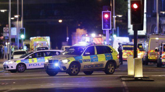 Allarme nel cuore della metropoli. Attacco a London Bridge, poi i terroristi colpiscono fuggendo verso Borough Market. Indossavano false cinture esplosive.