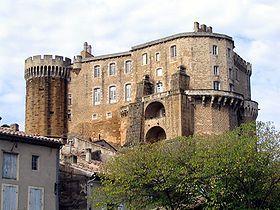 Le Château de Suze-la-Rousse est un château fort féodal du XIe siècle et une demeure seigneuriale style Renaissance du XVIe siècle à Suze-la.Rousse Drôme France.