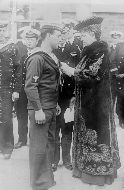 Королева - консорт  Мария  Текская  награждает  матроса.