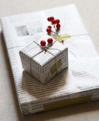 英字新聞は包装紙として活躍。赤い木の実のドライフラワーをはさむとアクセントになりますね。葉っぱを連想させるグリーン系のマステでとめても素敵ですし、ラフなマステ使いがおしゃれ感をアップさせています。
