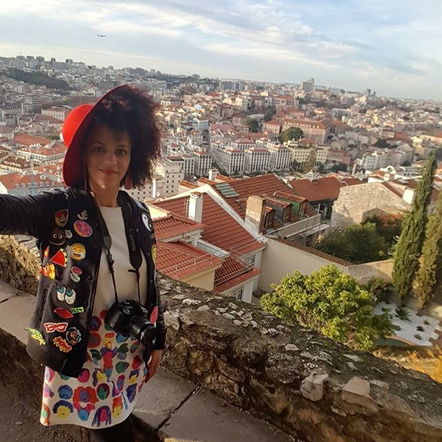 On top of Castelo São Jorge 💃 Did you know Lisbon has 7 hills?  This means that you have many places like this but also restaurants and bars that offer breathtaking views on the city 😍 The only other city I vited with similar gorgeous views was Budapest  It's a bit of a climb but so worth it. Castelo São Jorge is the perfect place to take panorama shots, drink wine with a view, take selfies or watch the sunset with your boo 😚💏 Can you tell I love Lisboa? 🤓  #visitlisboa #sharelisboa…