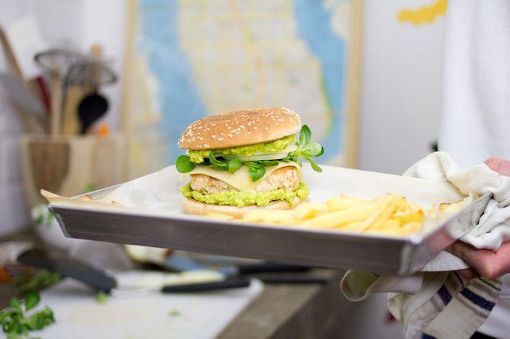 Pollo, avocado, rosmarino: chi l'ha detto che questi ingredienti servono per un'insalata? Ecco la ricetta per il Burger di pollo alla paprika.