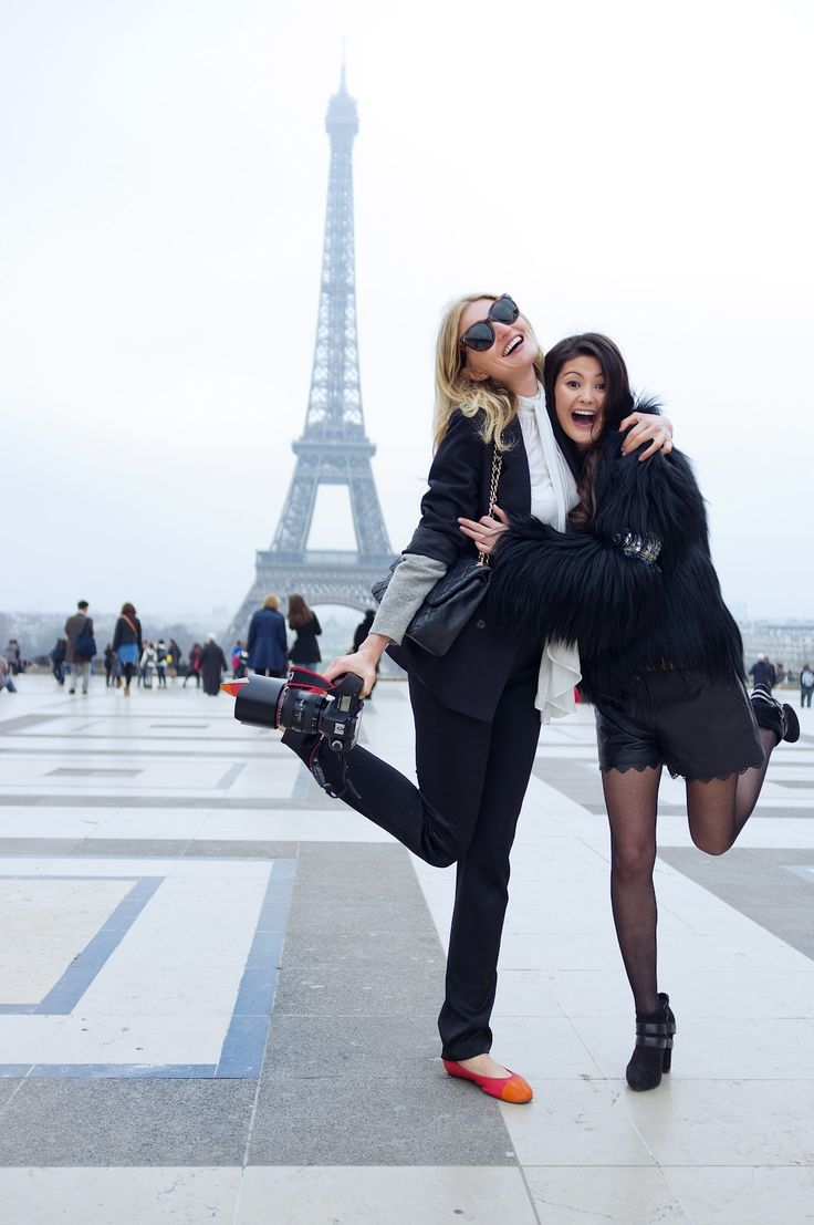Paris background- I wanna take a picture like this with my best friend someday...