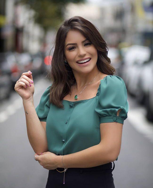 Blusa Doce Flor em Crepe com Decote Quadrado e Botoes | blusas Pitangasp in 2019 | Blouse designs, Blouse styles, Cute blouses