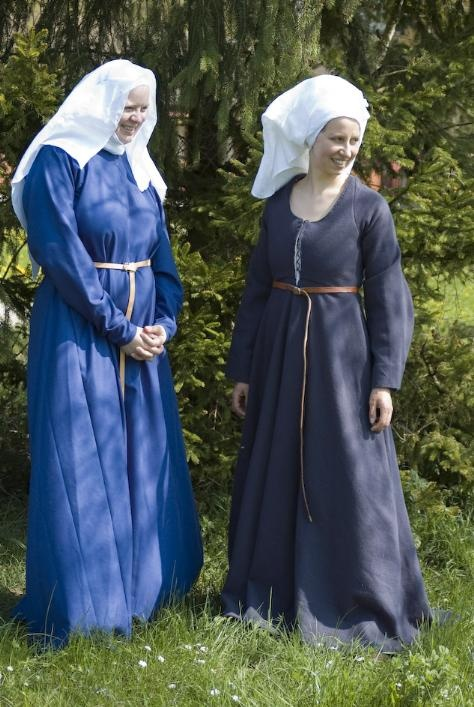 Kleidung, very early German Middle Ages -- I just keep thinking nuns...http://www.in-nova-corpora.ch/naehstube/ma/fuenfzehn_blau/nw3.JPG