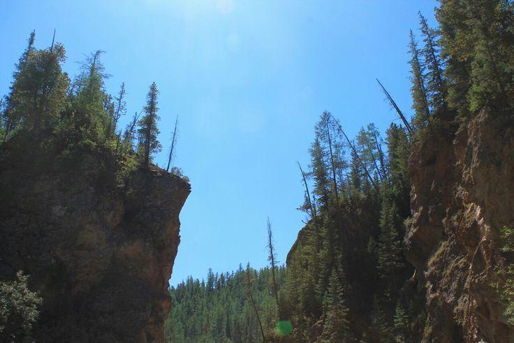 Кра́сные Воро́та— природная достопримечательность Республики Алтай. Находится натерритории Улаганского района, вдолине реки Чибитка, настыке Курайского иАйгулакского хребтов. Красные Ворота представляют собой узкий извилистый проход между отвесными скалами красного цвета. Скалы сложены эффузивными горными породами, содержащими киноварь, чем иобъясняется ихцвет.