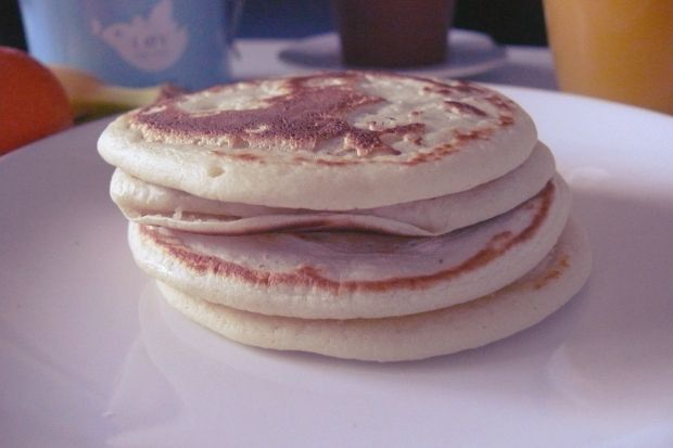Light Pancakes !  Pour 4 pancakes : 50g de farine / 5g de maïzena  / 1 cuillère à café de levure chimique  / 15cl de lait demi écrémé. I've to try it !