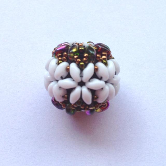 Bola de flores con superduos Flower Beaded Bead