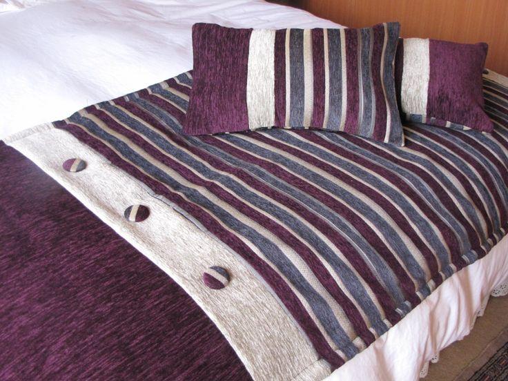 Piecera color morado en compose de tres telas, solapa con botones forrados en tela, tiene una medida de 2.40 mts largo por un ancho de 75 , y dos cojines de 30 por 50 cms.