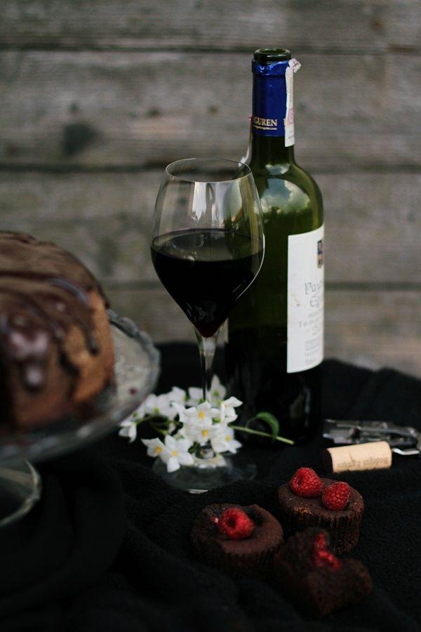 Ciasto czekoladowe z czerwonym winem i malinami
