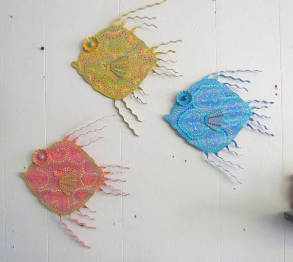 Abitudine ha dipinto il muro di metallo pesce o all'aperto
