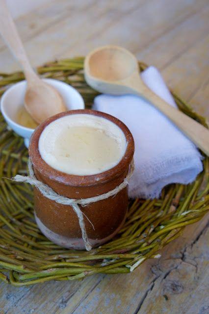 Medieval traditional Catalan cooking / Mató medieval amb mel i aromatitzants