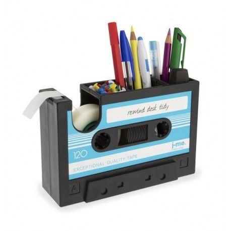 ¿Quieres darle un aire retro y original a tu mesa? Con este contenedor de escritorio en forma de cassette, te entrarán ganas de rebobinarla con un boli para que suene tu canción favorita. Tiene varios compartimentos para: lápices, subrayadores, bolígrafos...y además es un dispensador de celo. Un accesorio genial para que nuestra mesa esté ordenada y que nos transportará años atrás.