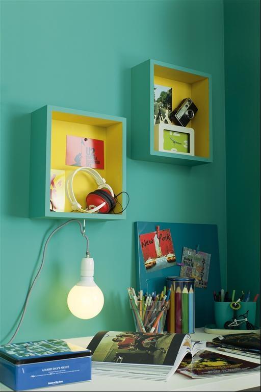 Accrocher des boîtes peintes de la même couleur que le mur comme étagères
