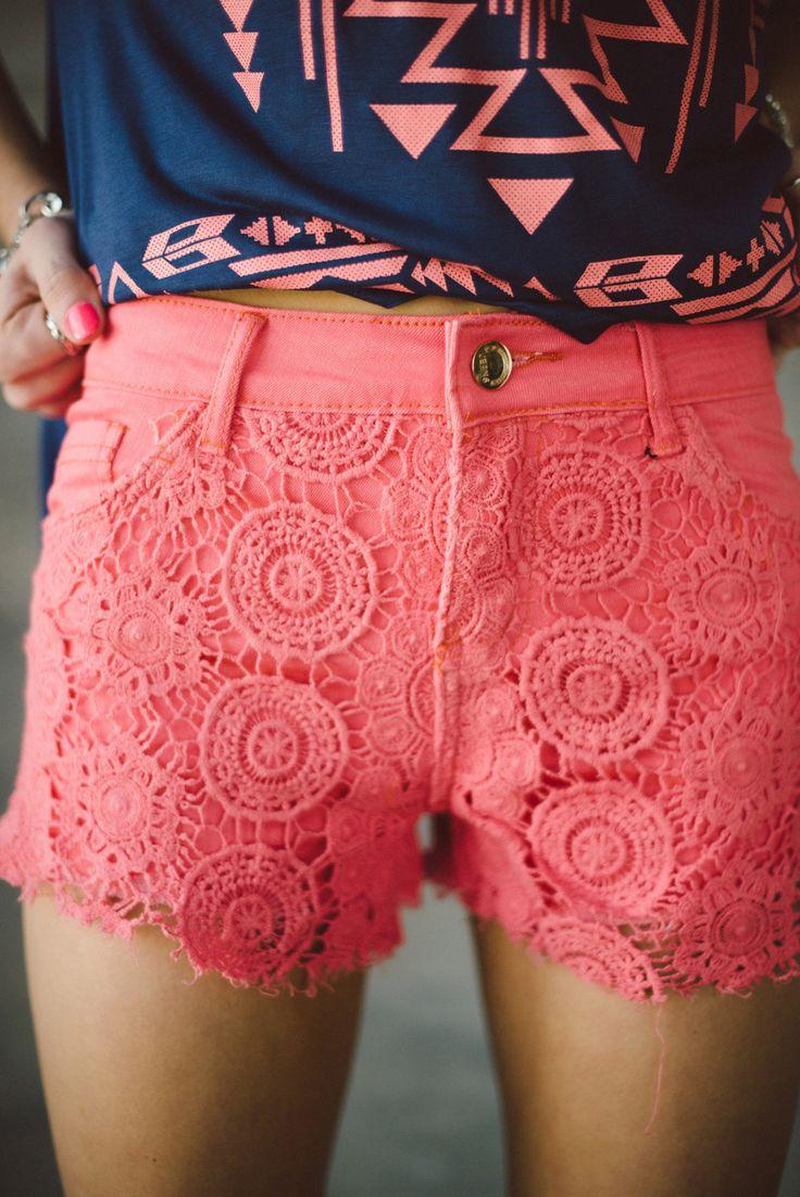Los pantalones cortos rosados son muy bonitos. Los pantalones cortos cuestan cuarenta dólares.