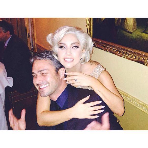 Fiançailles de Lady Gaga et Taylor Kinney - Lady Gaga exhibe sa bague collée à son amoureux | HollywoodPQ.com